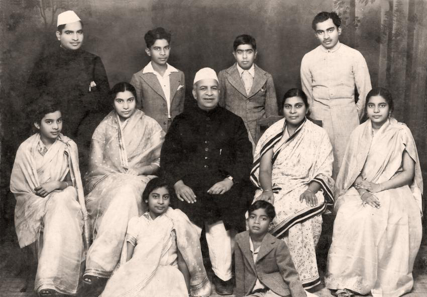 Юна Шрі Матаджі із сім'єю