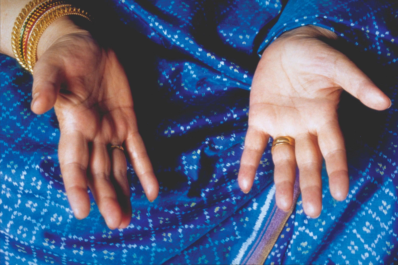 Шрі Матаджі показує, що Кундаліні можна відчути на долонях як прохолодний вітерець.
